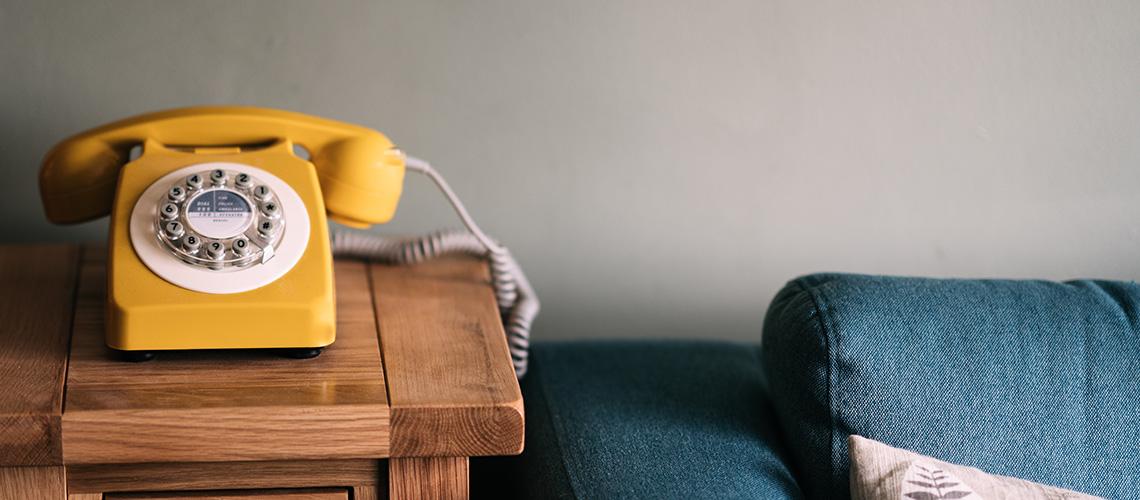 Gelbes Telefon auf einem Tisch