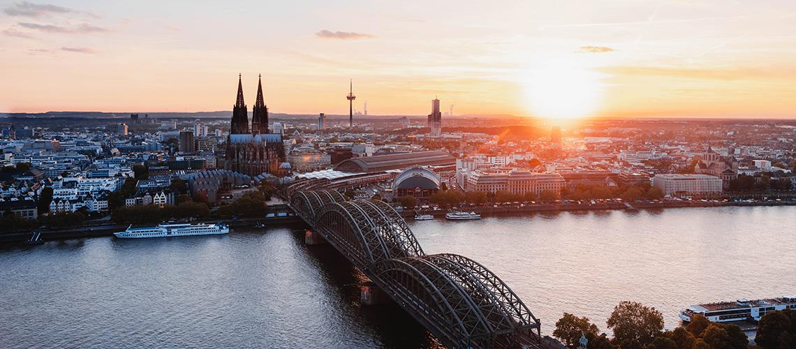 Blick auf den Kölner Dom bei Sonnenuntergang